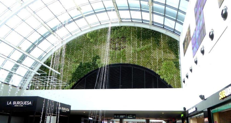 jardín vertical en centro comercial en Barcelona