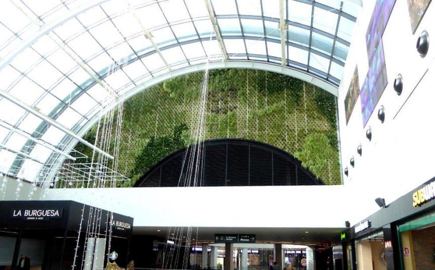 Jardín vertical en el centro comercial Diagonal Mar en Barcelona