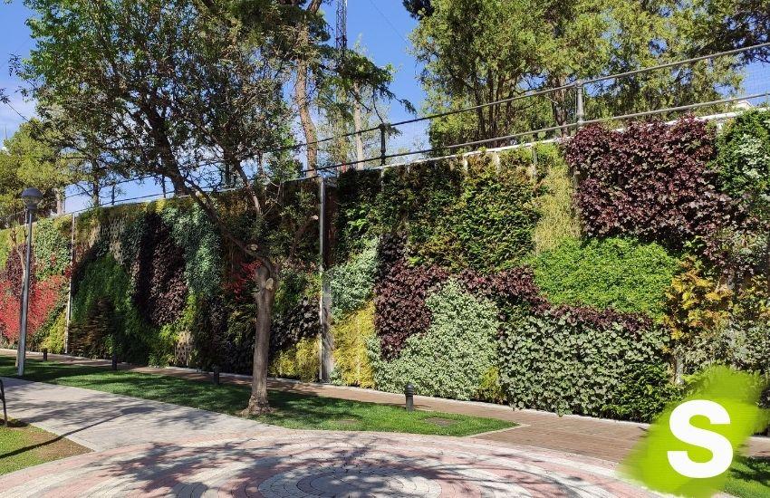 Jardín vertical instalado en la instalaciones de la empresa pública Canal Isabel II, en la calle Bravo Murillo (Madrid)