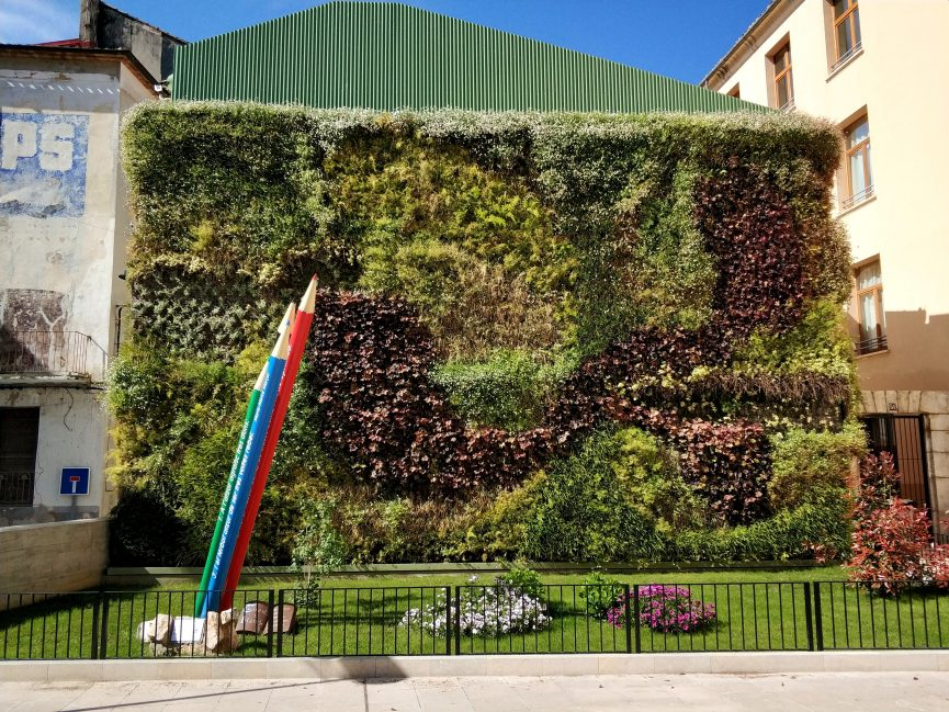 Jardín vertical en exterior en una plaza en Ontinyent, Valencia