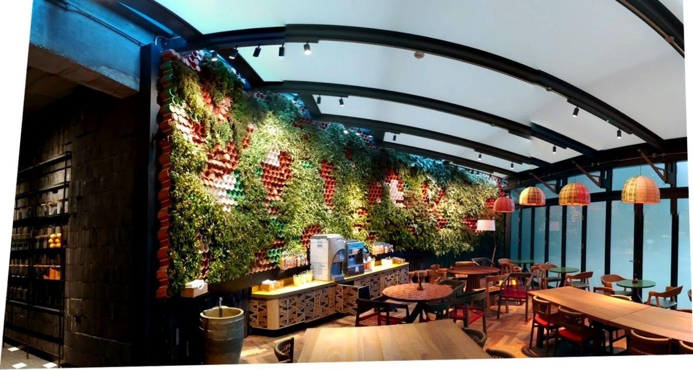 Restaurante con Jardin vertical con diseño