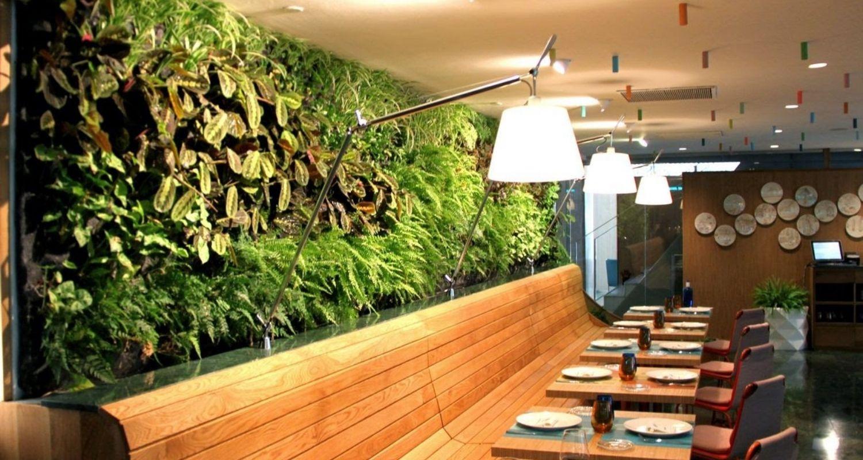 Detalle de jardín vertical en un restaurante