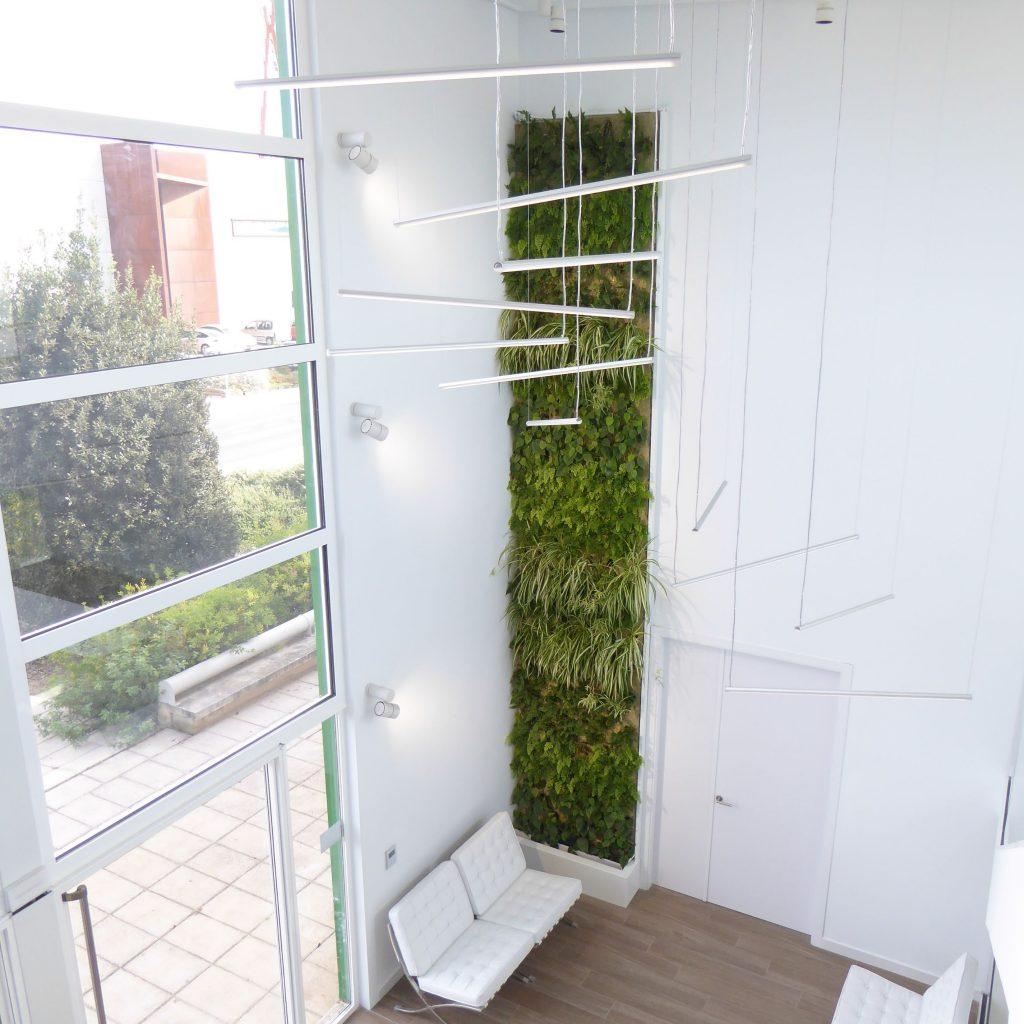 Muro verde en hall de dos alturas