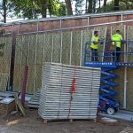 Colocación de materiales para un jardín vertical en Madrid