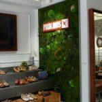 Retail con jardin vertical de planta preservada
