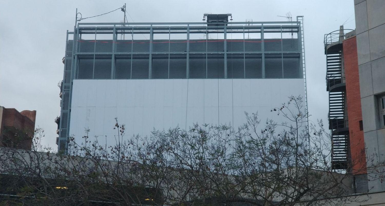 Montaje de paneles para un jardín vertical en un muro grande
